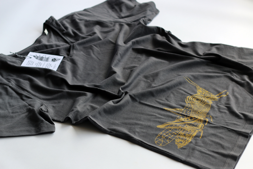 Men - Anthracite (V-neck) with golden Grasshopper - S (TS105)