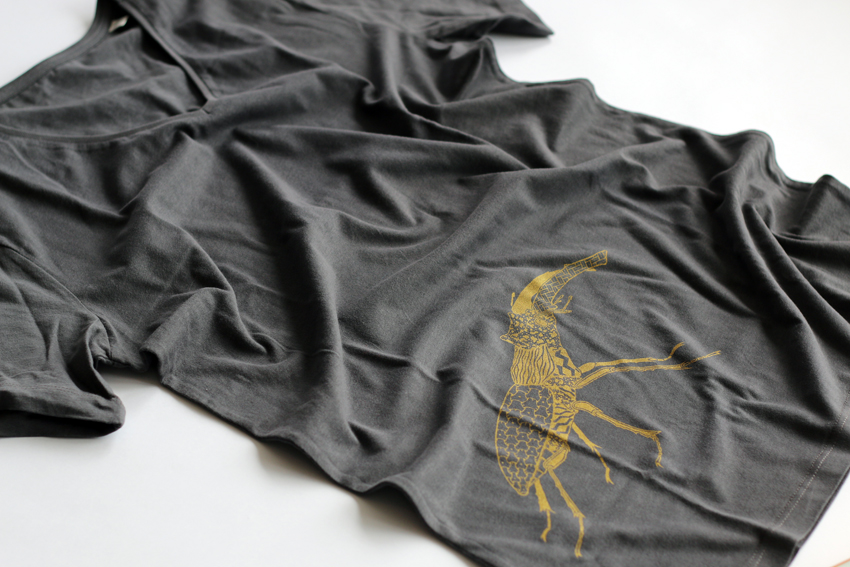 Men - Anthracite (V-neck) with golden Stag beetle - S (TS040)